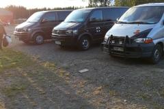 Kolme autoa rivissä